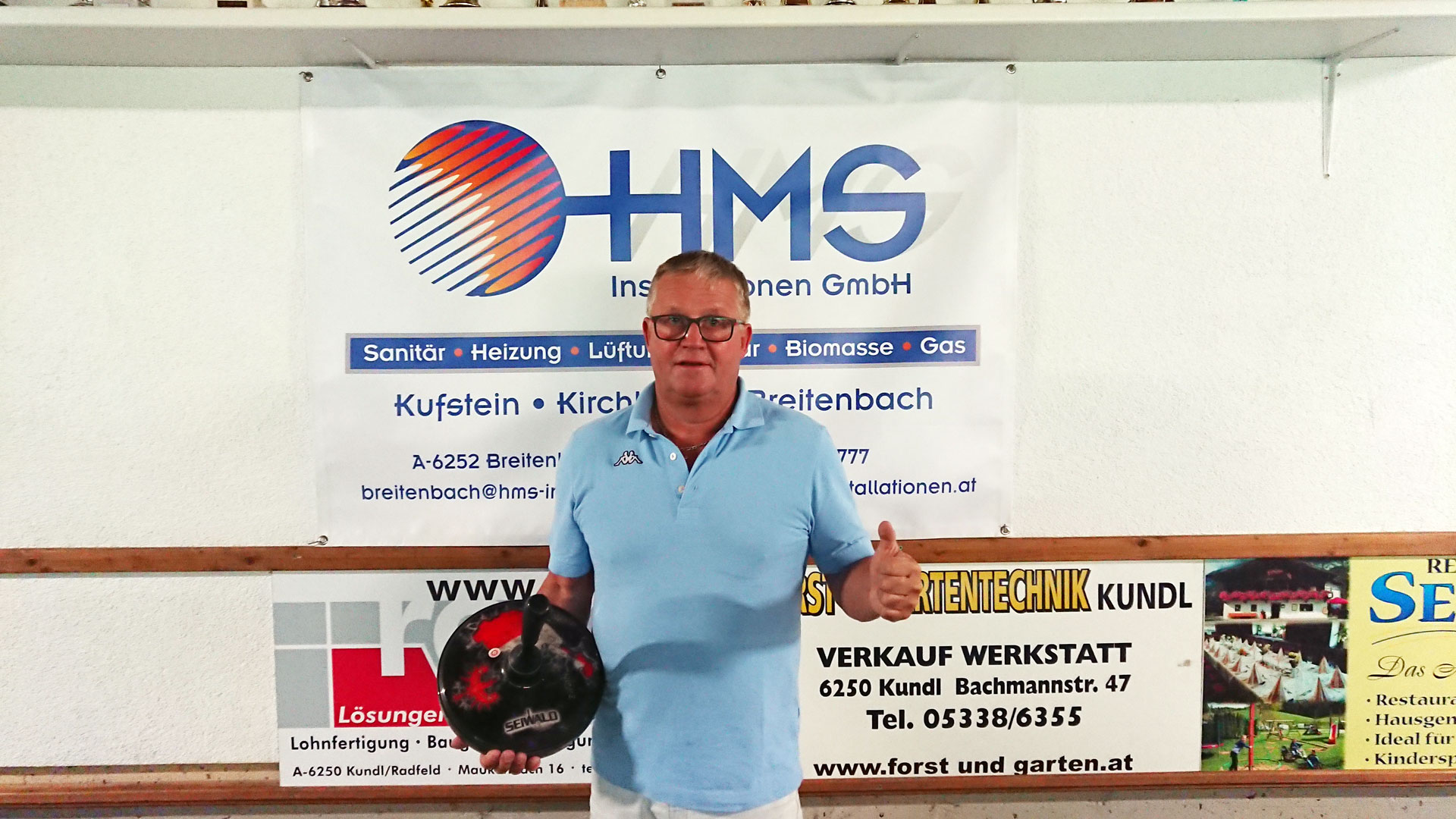Die Jugend des SV Breitenbach dankt Hans-Peter Moser